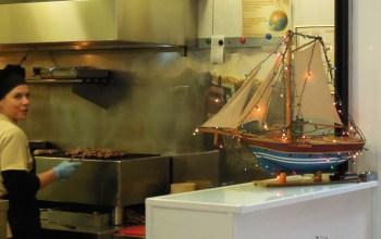 Görögországban karácsonyi dísz a kivilágított hajó