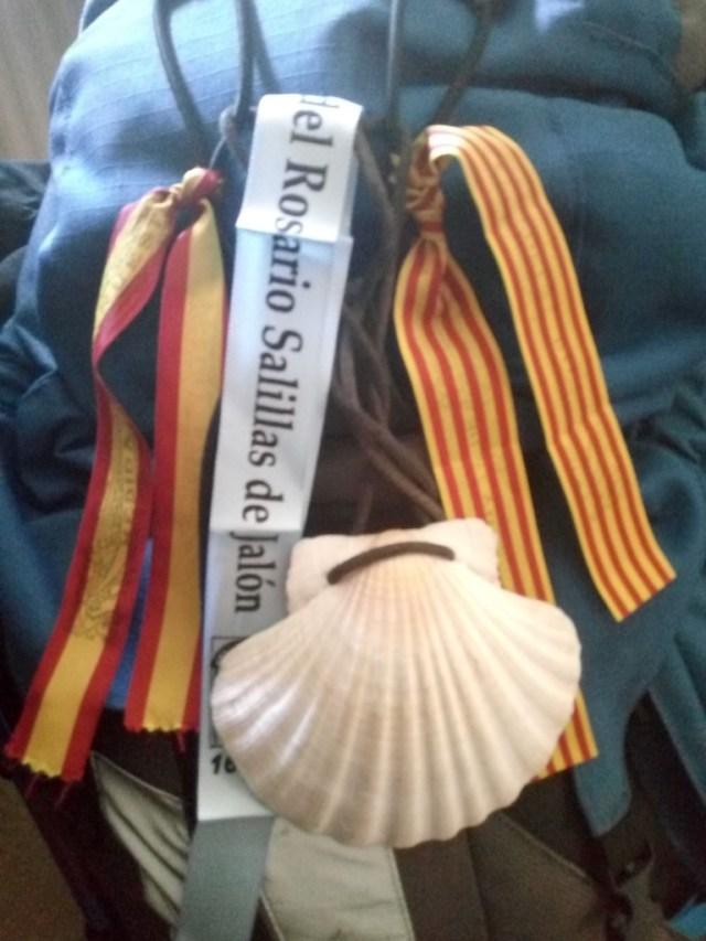 La mochila, con concha peregrina, cintas de la Virgen del Pilar y de la Virgen del Rosario de Salillas de Jalón