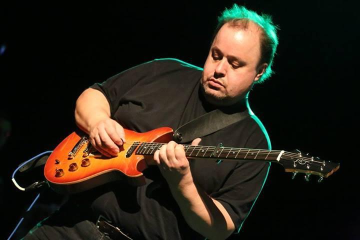 Steve Rothery, considerado de los grandes de la guitarra en CAE