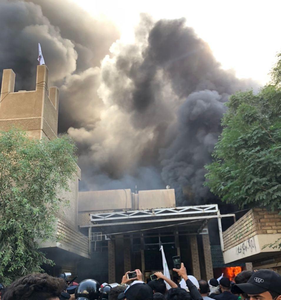 بالفديو .. مناصرو الحشد الشعبي يحرقون مقر الحزب الديمقراطي الكردستاني في  بغداد - وكالة العهد نيوز