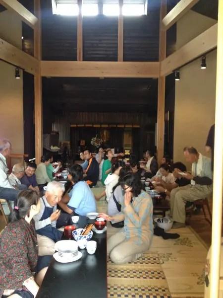 お昼は初日はお外でカレー、二日目は聞思堂でちらし寿司でした。素敵な光景。