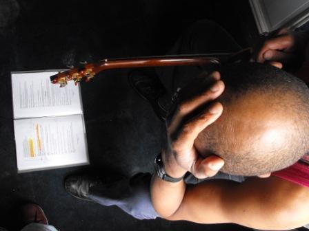 Alain Aithnard se prend la tête en répétition (Photo Alain Foix)