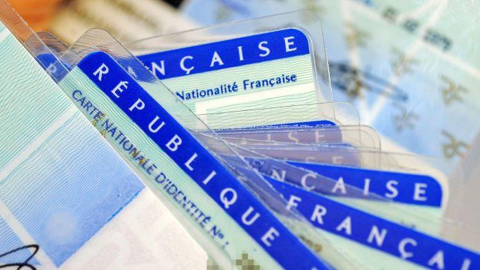 des-cartes-d-identite-nationales-au-centre-d-etablissement-de-la-carte-d-identite-francaise-de-limoges_4822690