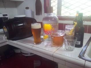 Tomando una cerveza para rellenar la botella