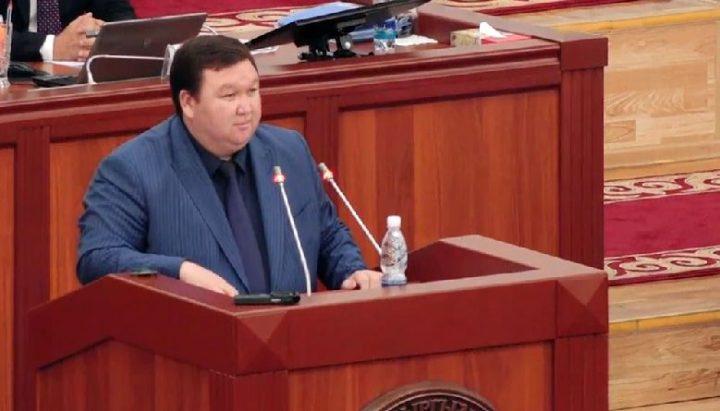 Депутат Мирлан Жээнчороев парламентте агынан жарылды