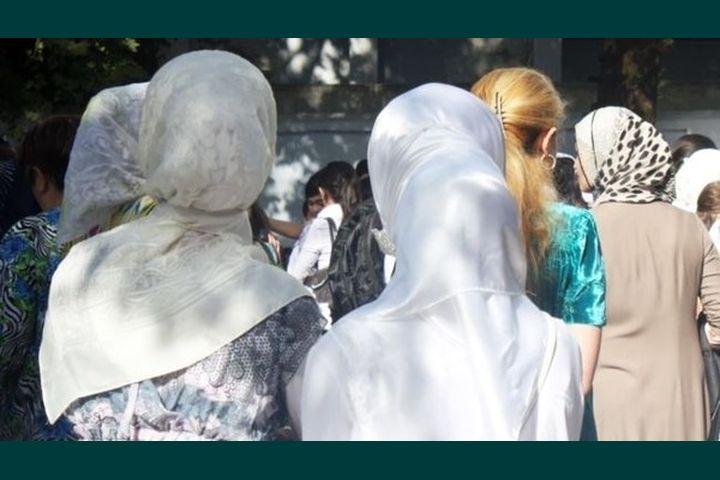 Мектепке кирбей калган хиджабчан окуучуларга министрлик мыйзамды түшүндүрдү