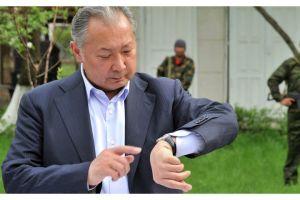 Окуу китебинде Курманбек Бакиевдин да фамилиясы жүрөт