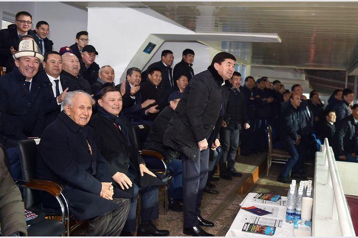Мухамбеткалый Абылгазиев бүгүн кечке сессияда болуп, чарчабай, футбол көрүүгө стадионго да барды…