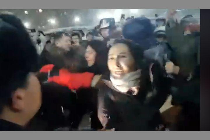 Видео — Жээнбеков отурган машинанын артынан аталап ыйлап кызы чуркап, машинанын алдынан тосуп аялы ыйлап…