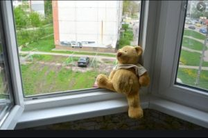 Бир жаш он айлык кыз 8-кабаттагы балкондон кулап түшүп, мүрт кетти
