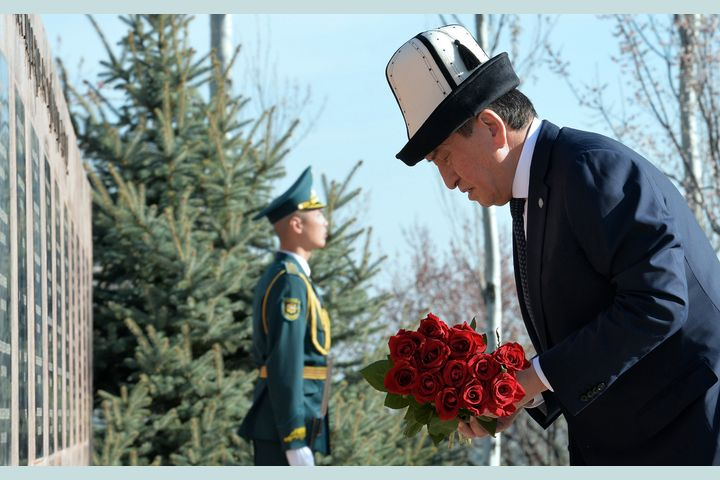 Фото — Президент өмүрүнө коркунуч жаралганынакарабай иштеп жаткан дарыгерлерге ыраазылык билдирип, 7-апрелдеги кандуу окуянын он жылдыгына карата кайрылуу жасады