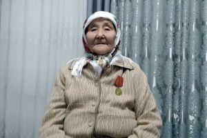 """Каракыз УСУПБАЕВА, 92 жаштагы эмгек ардагери: """"Согуш учурунда уйку бетин көргөн жокпуз, күндүз машак терип, түнкүсүн байпак токучубуз"""""""