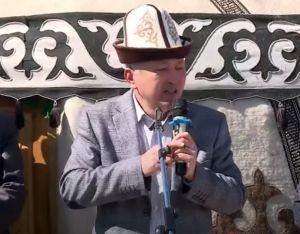 Видео — Акын Нурлан Калыбеков Зайыр Ажыматовдун коштошуу зыйнатында таасирдүү сөз айтып, баарын ыйлатты…