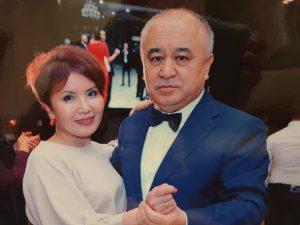 ВИДЕО — Өмүрбек Текебаев айымдарды куттуктаса, жубайы Айгүл Текебаева ырдап…