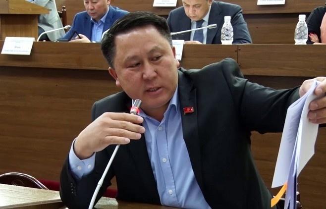 Зулушевдин жалаң кыргыз тилинде сүйлөгөнүнө нааразы болгондор чыгууда. Прокурордун жообу
