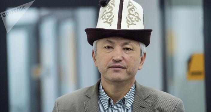 """Нурлан КАЛЫБЕКОВ: """"Азыр биздин муундун окуганы да, изденгени да Эрнис Асек»"""