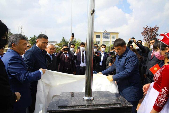 Наманган шаарындагы «Үч фонтан» мемориалдык комплексинде Кыргызстандын желеги көтөрүлдү