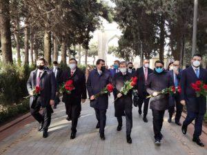Министр Кайрат Иманалиев Гейдар Алиевдин эстелигине гүл коюп, музейи менен таанышып чыкты
