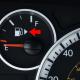 ماذا يعني رمز المثلث الموجود قرب مؤشر البنزين؟