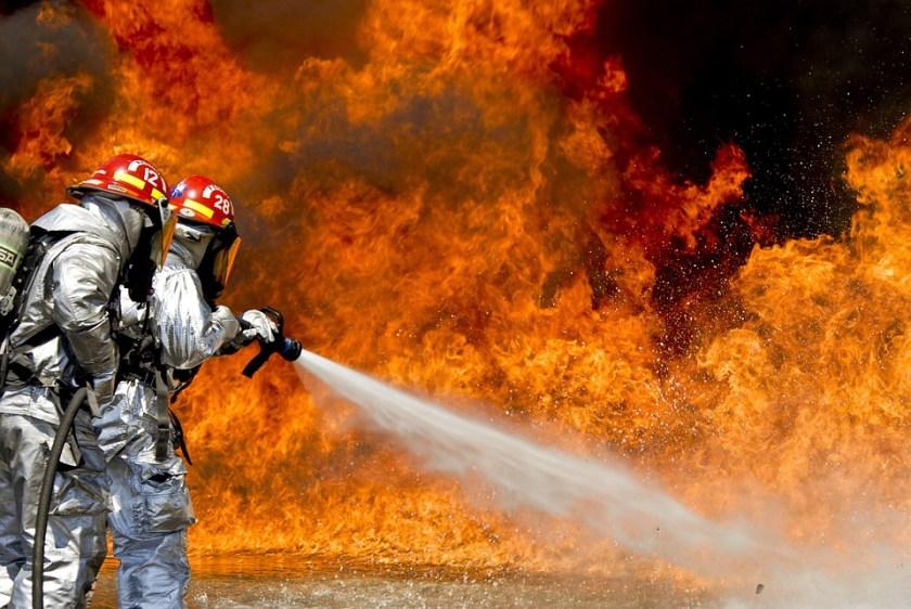 إطفاء النار يتم بالماء