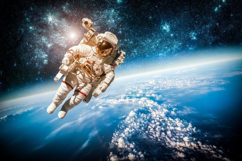 رواد الفضاء البدلة البيضاء