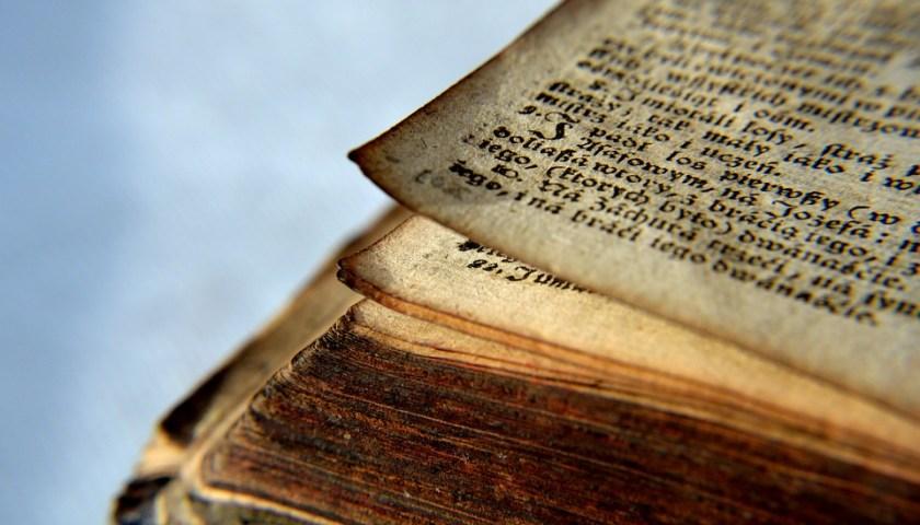 لماذا الصحف والكتب القديمة يصبح لونها أصفر؟