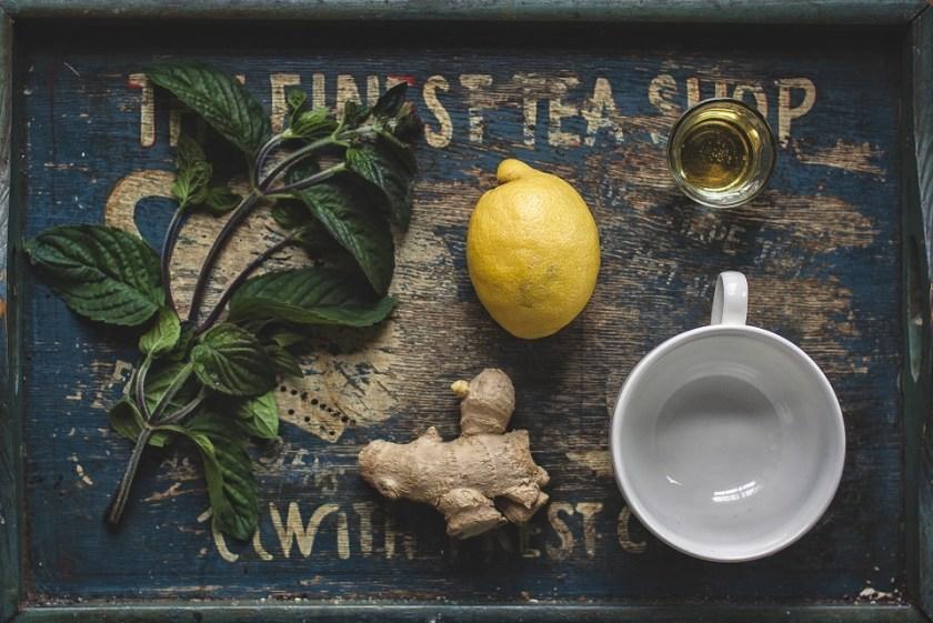 الشاي الأخضر والليمون والزنجبيل