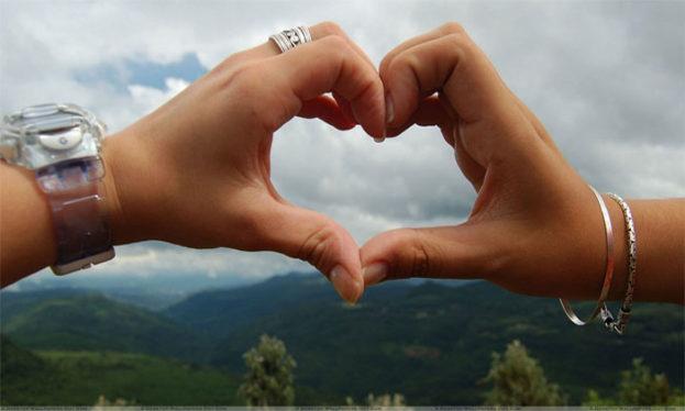 احلى صور يد شخصين على شكل قلب حب - عالم الصور