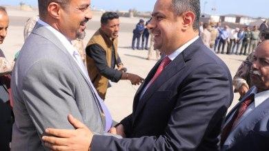 Photo of رئيس الوزراء يغرّد ويكشف عن أولى مهام حكومته بعد وصولها إلى عدن