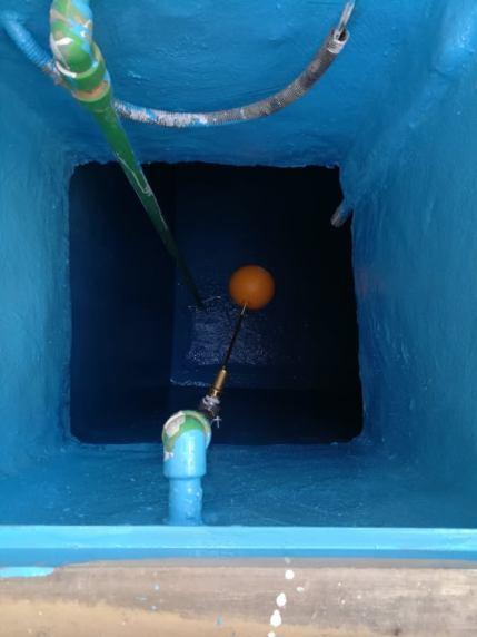 عزل الخزان بمادة الايبوكسي باللون الازرق صورة لعزل الخزان بعد الانتهاء من عزل الجدران وعزل الارضية وعزل السقف وعزل الحلق بمادة الايبوكسي