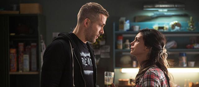 Ryan Reynolds et Morena Baccarin dans Deadpool (2016)