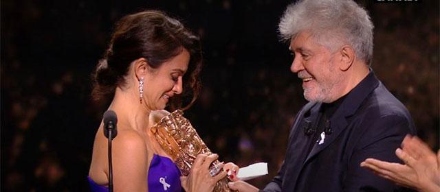 Pedro Almodovar remettant le César d'Honneur à Penelope Cruz