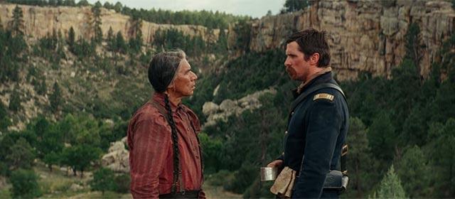 West Studi et Christian Bale dans Hostiles (2018)