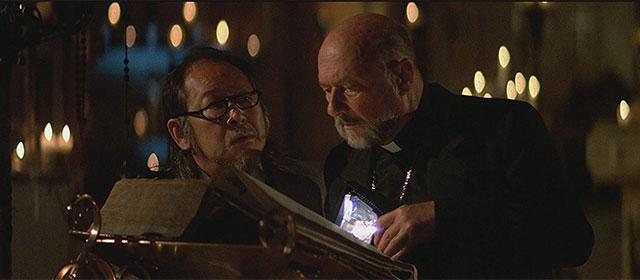 Victor Wong et Donald Pleasence dans Prince des Ténèbres (1987)