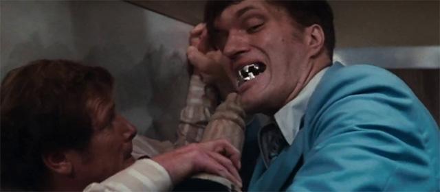 Roger Moore et Richard Kiel dans L'Espion qui m'aimait (1977)