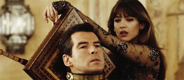 Pierce Brosnan et Sophie Marceau dans Le monde ne suffit pas (1999)