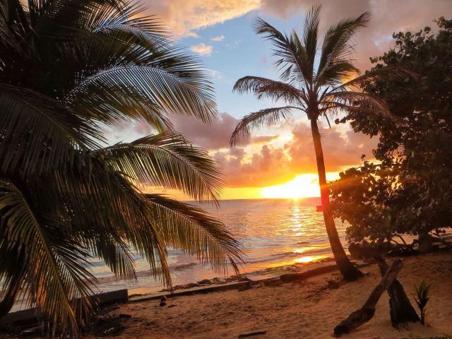 Viimeinen auringonnousu Little Corn Islandilla