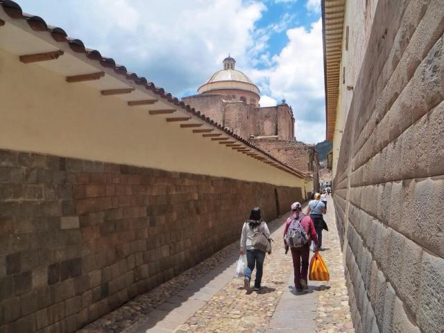 Ympäri kaupunkia löytyy inkamuurin palasia, joiden päälle espanjalaiset ovat rakennelleet omia kirkkojaan