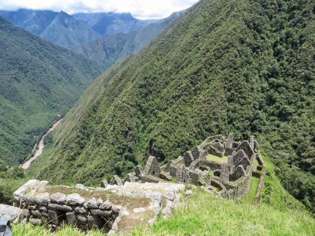 Edelleen Wiñaywayna. Vuorenrinteen puolivälissä näkyy hämärästi kulkemamme polku.