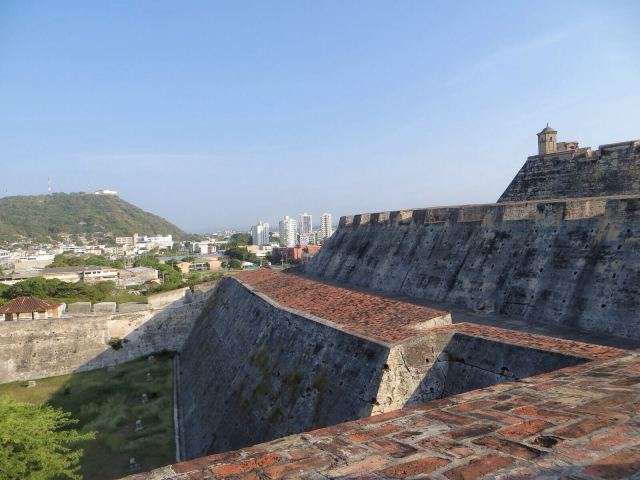 Järjettömän suuri linnoitus Castillo San Felipe de Barajas