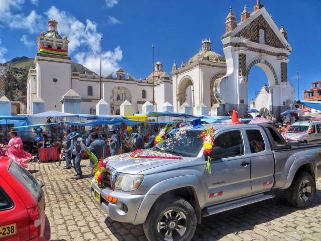 Autoja odottamassa siunausta. Takana 1600-luvulta peräisin oleva La Basílica de la Virgen de la Candelaria de Copacabana.