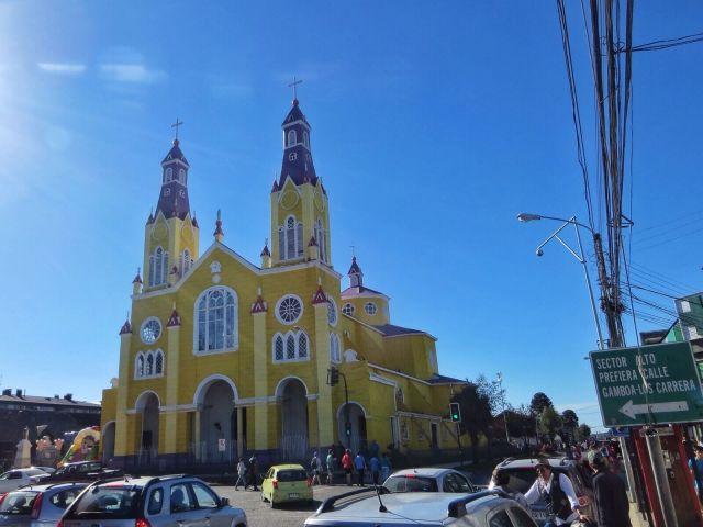 Castron railakkaanvärinen kirkko, nimeltään San Francisco niinkuin monet muutkin Chilen kirkoista.