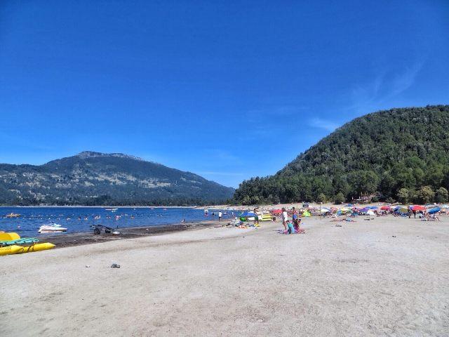 Playa Blanca Caburgus-järvellä. Vesi on kuulemma kuumien lähteiden ansiosta 7 astetta lämpimämpää kuin Villaricassa. Ei mitään lämmintä siltikään.