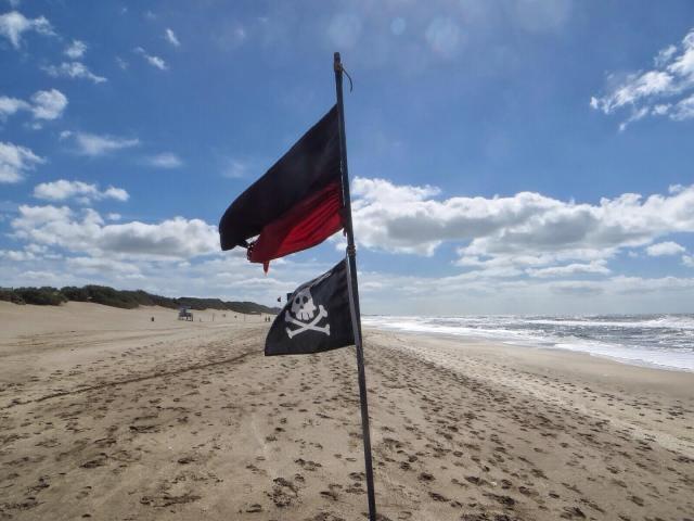 Emme tiedä johtuiko rannan tyhjyys tuulesta vai alkavasta syksystä.
