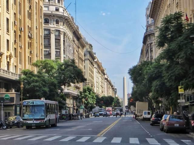 Keskustassa kadut ovat leveämpiä, talot korkeampia ja muistomerkit massivisempia.