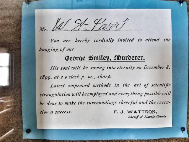 Kutsu hirttäjäisiin. George Smiley kummittelee kuulemma vieläkin oikeustalossa.