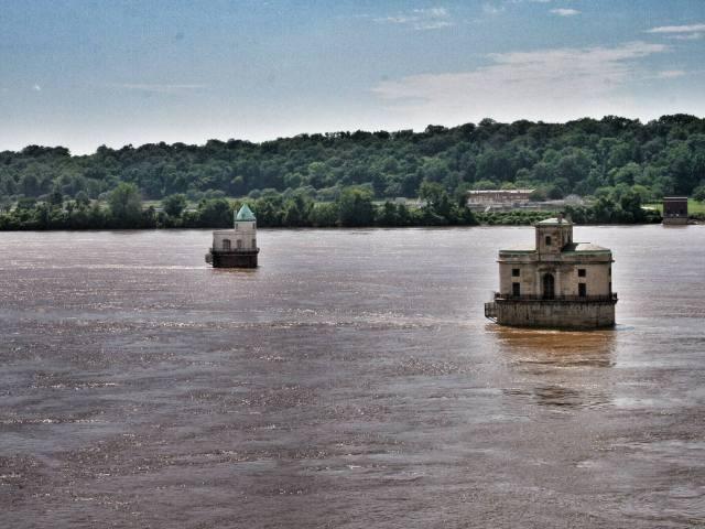 Kaksi pientä linnaa oli rakennettu keskelle Mississippi-jokea.