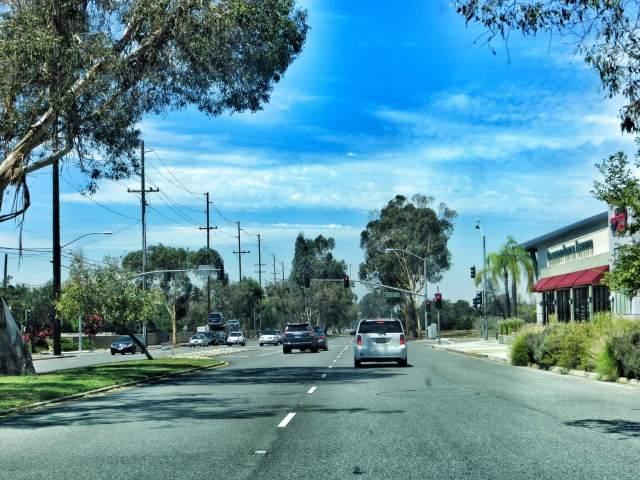 Nyt alkaa matkanteko käydä vähän tylsäksi ja hitaaksi, liikennevaloja joka risteyksessä. Matkaa Los Angelesiin vielä lähes 100 km.