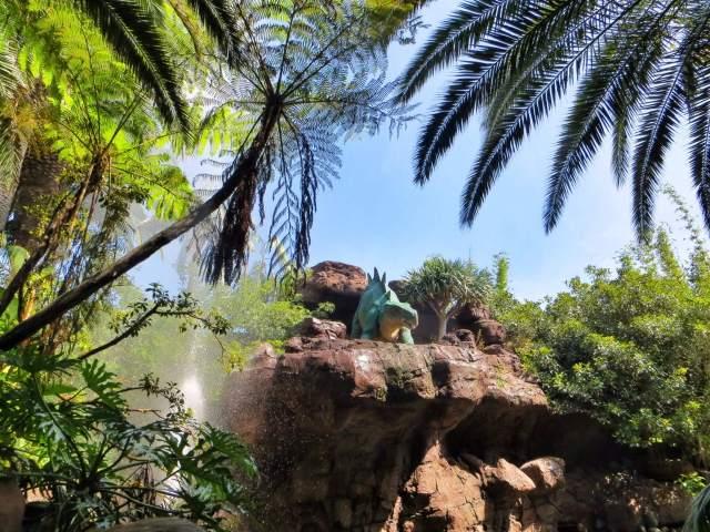Jurassic Park Ride. Leppoisa veneajelu, joka päättyi kahdenkymmenen metrin pystysuoraan pudotukseen. Onneksi meille oli jaettu sadeviitat etukäteen.