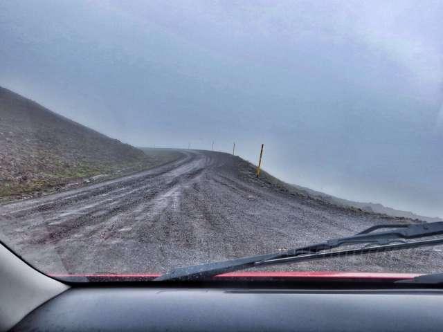 Kumpi lie parempi: että näkee kuinka syvä putous tien vieressä on, vai että ei näe?